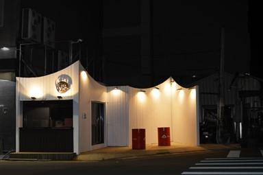 台中創意小吃店 白色貨櫃外形醒目搶眼