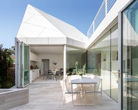 石頭外形的獨立屋 幾何設計帶出現代感