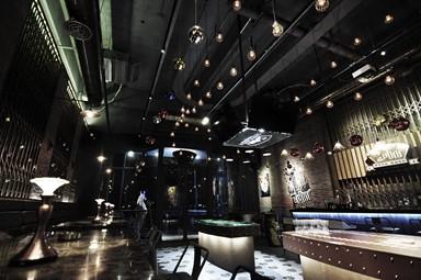 鐵閘特色牆 加入香港元素的復古酒吧設計